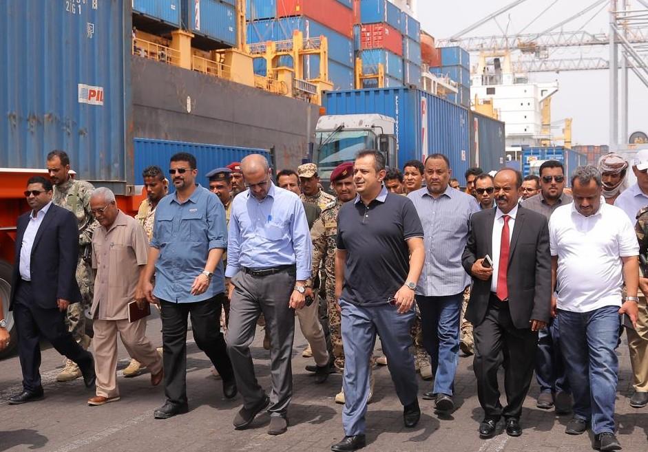 رئيس الوزراء يشدد على الدور الحيوي والمحوري لميناء عدن والمنطقة الحرة